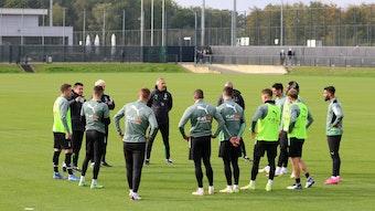 Mit einer kleinen Gruppe trainierte das Team von Borussia Mönchengladbach am Mittwoch (14. Oktober). Das Foto zeigt sie im Kreis stehend, den Anweisungen von Trainer Adi Hütter folgend.