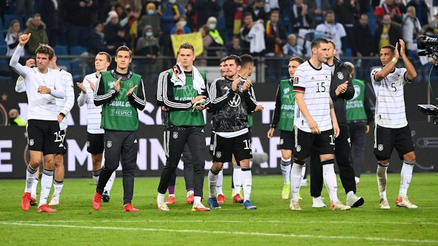 Thomas Müller, Florian Neuhaus, Matthias Ginter, Jonas Hofmann, Niklas Süle und Thilo Kehrer, applaudieren den Fans der DFB-Elf am 8. Oktober 2021 nach dem Qualifikations-Match gegen Rumänien in Hamburg.