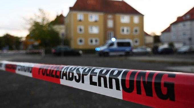 Niedersachsen, Göttingen: Absperrband der Polizei vor einem Evakuierungsgebiet