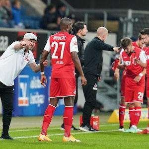 Steffen Baumgart gibt Antony Modeste Anweisungen am Spielfeldrand.