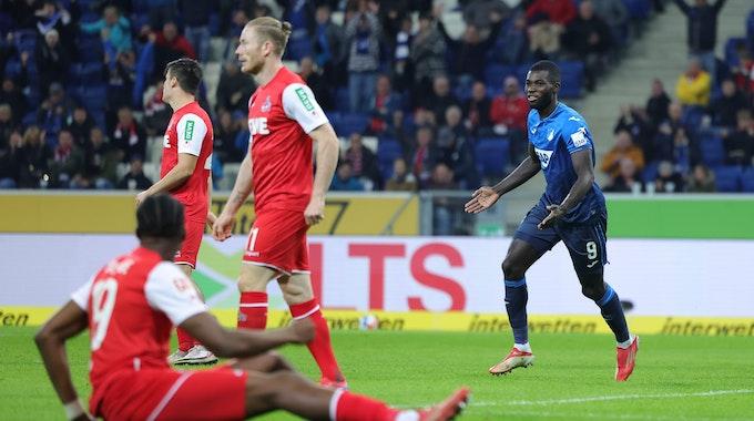 Ihlas Bebou jubelt für die TSG Hoffenheim, die Spieler des 1. FC Köln sind frustriert.