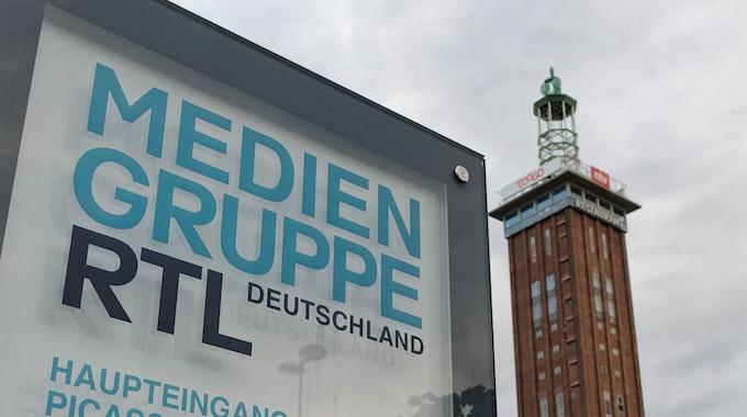 Ein Firmenschild der Mediengruppe RTL Deutschland steht vor dem Firmengebäude. Die RTL-Mediengruppe übernimmt die deutschen Magazingeschäfte und -marken des Hamburger Zeitschriftenverlags Gruner + Jahr. Der Abschluss der Transaktion ist für den 1. Januar 2022 vorgesehen, wie die RTL Group am 06.08.2021 in Luxemburg mitteilte. +++ dpa-Bildfunk +++