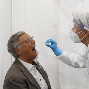 Wolfgang Bosbach im Testzentrum Bensberg beim Corona-Test