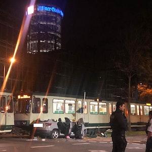 Am Freitagabend (15.10.2021) wurde ein Pkw von einer KVB-Bahn erfasst und mitgeschleift.