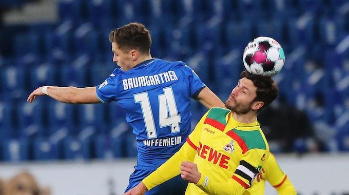 Jonas Hector im Kopfballduell gegen Christoph Baumgartner