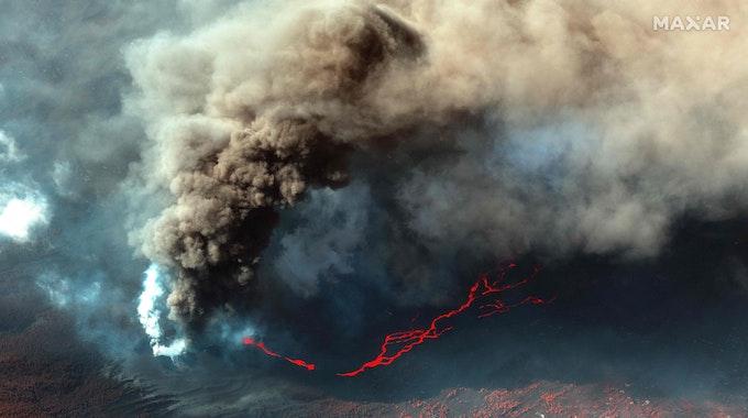"""Auf La Palma kam es zu weiteren Lavaströmen und Erdbeben. Hunderte Menschen mussten evakuiert werden. Auf dem Foto (aufgenommen am 14. Oktober) sieht man die Eruption des Vulkans """"La Cumbre Vieja"""" auf La Palma."""