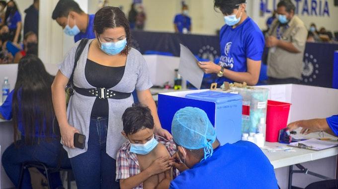 El Salvador, San Salvador: Einem Kind wird eine Dosis des chinesischen Corona-Impfstoffs Sinopharm verabreicht.