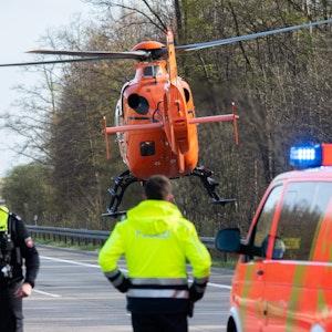 Ein Rettungshubschrauber startet nach einem Unfall auf der Autobahn.