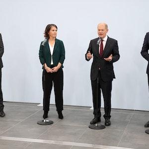 Robert Habeck (l-r), Bundesvorsitzender von Bündnis 90/Die Grünen, Annalena Baerbock, Bundesvorsitzende von Bündnis 90/Die Grünen, Olaf Scholz, SPD-Kanzlerkandidat und Bundesminister der Finanzen, und Christian Lindner, Fraktionsvorsitzender und Parteivorsitzender der FDP, geben am 15. Oktober 2021 nach den Sondierungsgesprächen ein Statement ab.