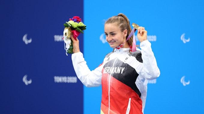 Elena Krawzow präsentiert die Goldmedaille und Sieger-Blumen bei den Paralympics in Tokio.