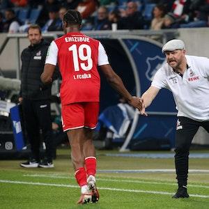 Kingsley Ehizibue klatscht beim Bundesliga-Spiel TSG Hoffenheim gegen 1. FC Köln mit Steffen Baumgart ab.