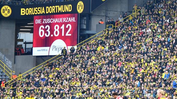 Borussia Dortmund präsentiert gegen Mainz 05 die Zuschauerzahl auf der Anzeigetafel.