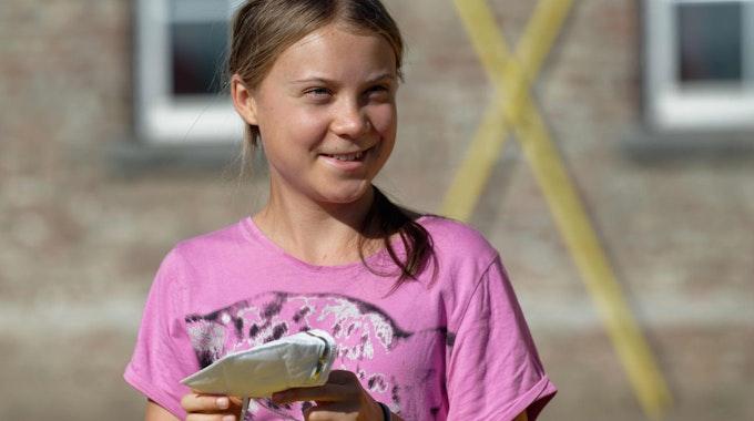 Die Klimaaktivistin Greta Thunberg steht bei einem Pressetermin im Tagebaudorf Lützerath (NRW).