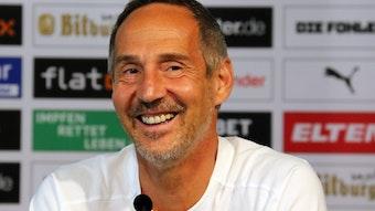 Adi Hütter, Trainer von Borussia Mönchengladbach, lacht bei einer Pressekonferenz der Fohlen am 12. August 2021.