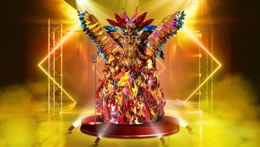 """""""The Masked Singer"""" 2021: Der Phönix steht mit seinen leuchtenden und lodernden Flammen und Federn auf der Bühne."""