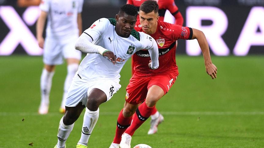 Breel Embolo (l.) von Borussia Mönchengladbach im Sprintduell mit Marc Oliver Kempf (r.) von Stuttgart am 16. Oktober 2021.