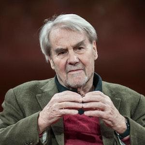 """Gerd Ruge, langjähriger ARD-Korrespondent und Reporter, sitzt im Gasometer in der ARD-Talkreihe """"Günther Jauch""""."""