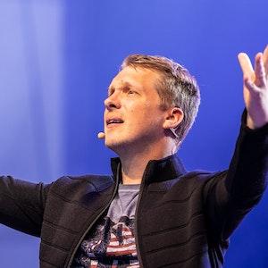 Comedian Oliver Pocher steht auf der Bühne und spricht zum Publikum.