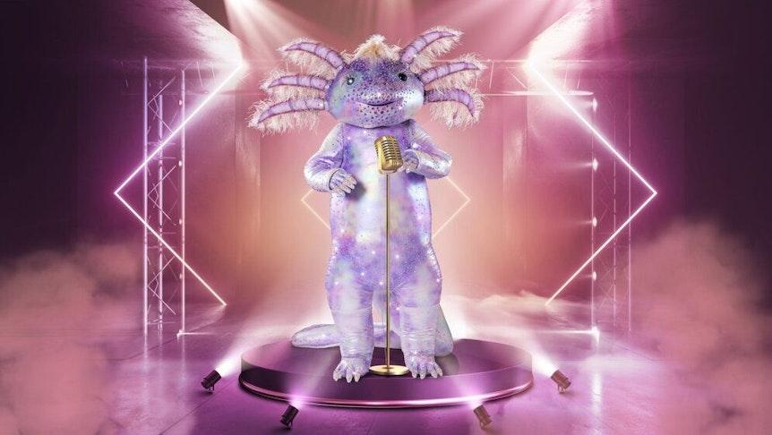 """""""The Masked Singer"""" 2021: Das lila schimmernde Axolotl steht auf der Bühne."""