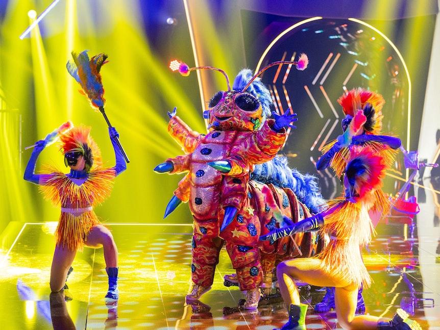 """Die Figur """"Die Raupe"""" steht in der Prosieben-Show """"The Masked Singer"""" auf der Bühne."""