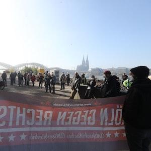 """Mitglieder von """"Köln gegen Rechts"""" demonstrieren am Kölner Rheinufer."""