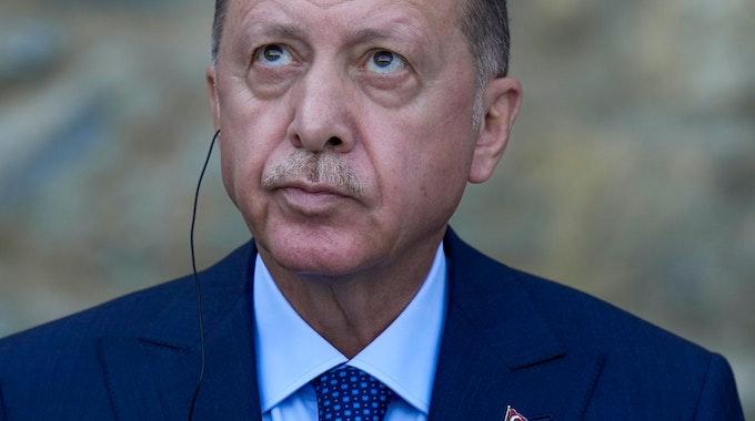 Recep Tayyip Erdogan schaut bei der Pressekonferenz mit Kanzlerin Angela Merkel am 16. Oktober 2021 skeptisch.