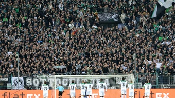 Teile der Mannschaft von Borussia Mönchengladbach klatschen vor der Nordkurve mit den Fans nach dem Bundesligaspiel gegen den VfB Stuttgart am 16. Oktober 2021.