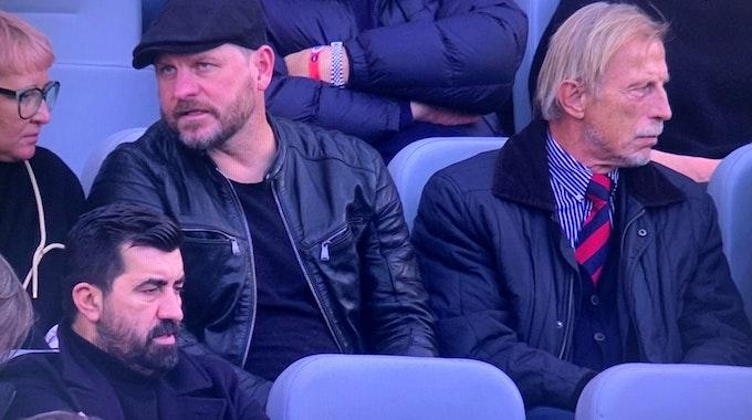 Steffen Baumgart und Christoph Daum gucken das Bundesliga-Spiel Bayer Leverkusen gegen Bayern München.