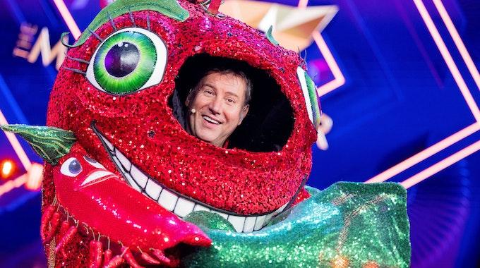 """Jens Riewa, Moderator der """"Tagesschau"""", steht als enttarnte Figur der Chili in der Prosieben-Show """"The Masked Singer"""" auf der Bühne."""