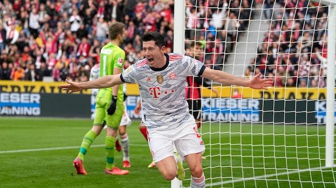 Robert Lewandowski bejubelt sein Tor gegen Bayer Leverkusen