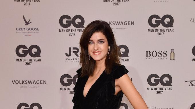 Das Model Marie Nasemann steht im schwarzen Jumpsuit auf dem roten Teppich.