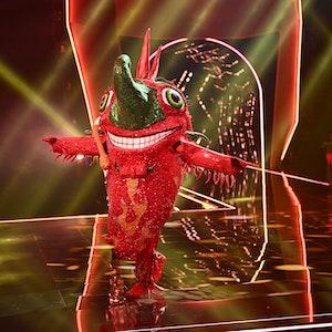 """Die Chili performt am 16. Oktober 2021 auf der """"Masked Singer""""-Bühne. Hinter dem Kostüm verbirgt sich """"Tagesschau""""-Sprecher Jens Riewa."""