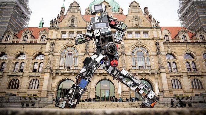 """Die Skulptur """"Wertgigant"""" von Künstler HA Schult steht vor dem Neuen Rathaus in Hannover. Sie besteht aus Elektroschrott."""