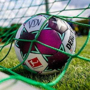 Ein Ball der Spielergewerkschaft des VDV liegt im Tornetz.
