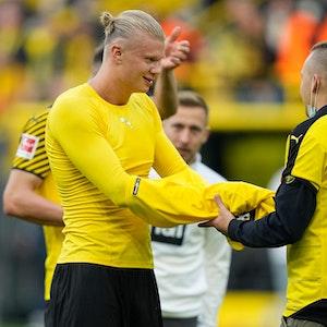 Erling Haaland schenkt einem Flitzer nach dem Sieg von Borussia Dortmund gegen Mainz 05 sein Trikot.