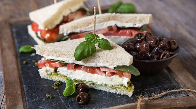 Bei Aldi wird es bald vegane Thunfisch-Sandwiches geben. Auf dem Foto (aufgenommen 27. Februar 2014) sieht man eine italienischen Sandwich-Variante, das Tramezzini, wo Tomate, Mozzarella und Basilikum auf den Toast kommen.