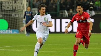 Nationalspieler Jonas Hofmann (l.) von Fußball-Bundesligist Borussia Mönchengladbach. Auf diesem Foto ist der Offensivspieler am 16. Oktober 2021 im Bundesliga-Duell gegen den VfB Stuttgart im Borussia-Park zu sehen. Hofmann rennt mit dem Ball nach vorne.