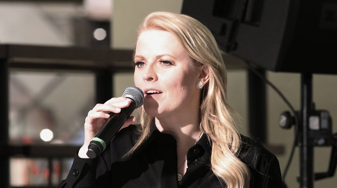 Patricia Kelly spricht bei einem Auftritt mit ihren Fans.