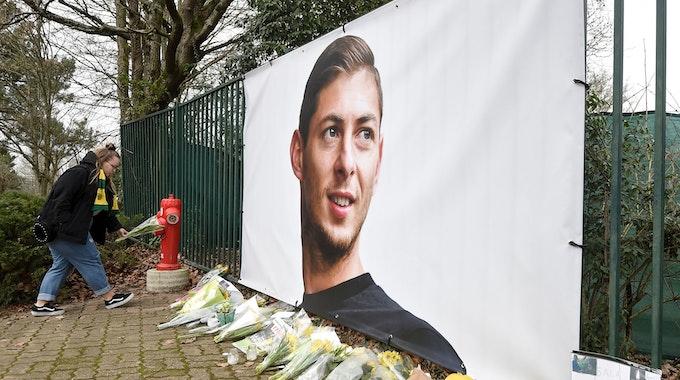 Nantes: Blumen werden vor einem Bild des argentinischen Fußballspielers Emiliano Sala am 24. Januar 2019 niedergelegt