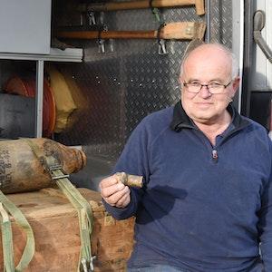 Fritz Pütz (62) vom Kampfmittelbeseitigungsdienst zeigt den Zünder der Bombe.