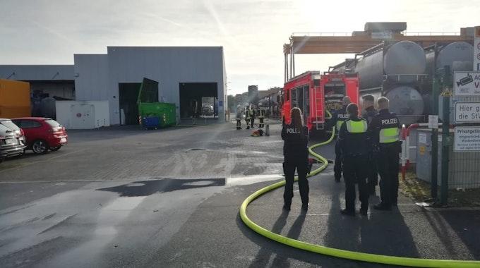 Feuerwehr- und Polizeikräfte stehen in einem Industriegebiet in Köln-Rondorf.
