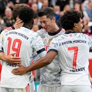 Robert Lewandowski herzt die Kollegen beim Torjubel nach seinem zweiten Treffer.