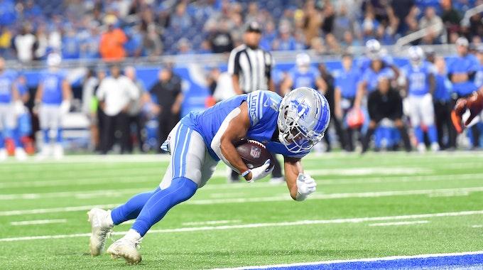 Lions Wide Receiver Amon-Ra St. Brown springt in die Endzone der Cincinnati Bengals