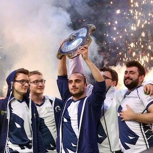 """Kuro """"KuroKy"""" Salehi Takhasomi feiert mit seinen Mitspielern von Team Liquid den Titelgewinn der Dota-2-WM 2017"""