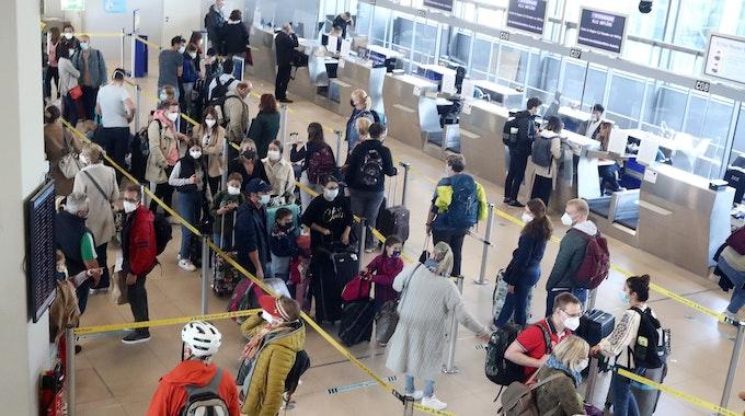 Reisewelle am Flughafen Köln/Bonn am 8. Oktober 2021. Am ersten Herbstferienwochenende gab es laut Airport ein Aufkommen von rund 87.000 Passagieren.