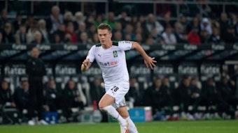 Matthias Ginter von Borussia Mönchengladbach, läuft im Bundesligaspiel gegen den VfB Stuttgart am 16. Oktober 2021 mit dem Ball am Fuß.