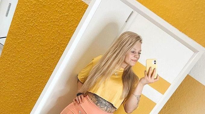 Influencerin Angie Berbuer verlor bei einem Unfall beide Beine, hier postete sie ein Selfie mit irhen Prothesen vor dem Spiegel.