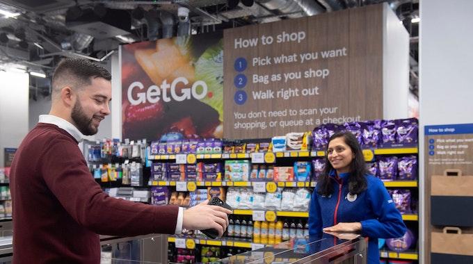 Ein Mann betritt den Supermarkt durch Scannen eines QR-Codes. Die britische Handelskette Tesco hat in London ihren ersten Supermarkt ohne Kassen oder Bezahlschalter eröffnet.