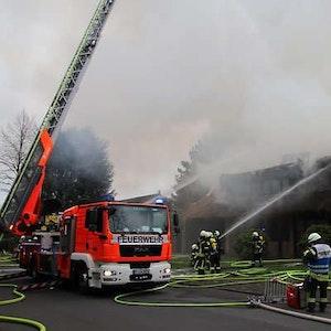 Ostersonntag (4.4.21) brennt in Köln-Hahnwald eine Reetdach-Villa.