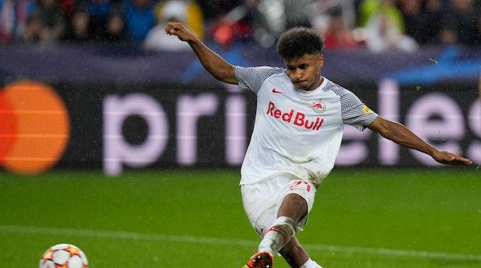 Salzburgs Karim Adeyemi erzielt den Führungstreffer seiner Mannschaft vom Elfmeterpunkt.